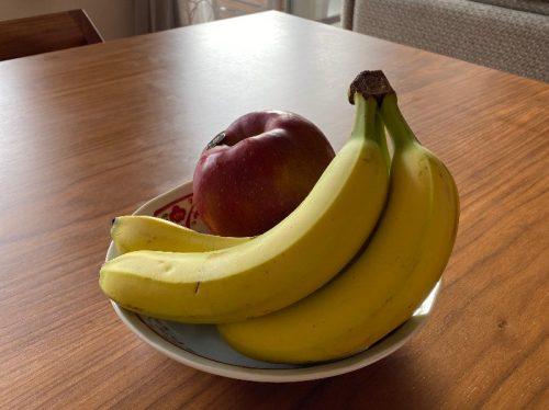 お皿にバナナ